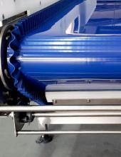 Detector de metales en cinta transportadora de banda Convex Technology, detalle de la banda y motorización