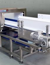 Detector de metales en cinta transportadora de banda Convex Technology, detalle de la banda y motorización, vista general parte frontal