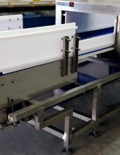 Detector de metales en cinta transportadora de banda Convex Technology, detalle de la banda y motorización, vista general parte posterior