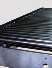 Transportador de rodillos  motorizado y accionado mediante cordón policord, serie TRC para instalaciones en las que se requiere silencio