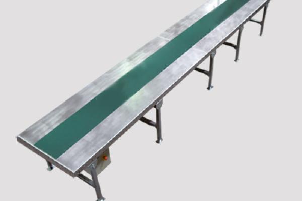 Transportador motorizado de banda con mesa de trabajo